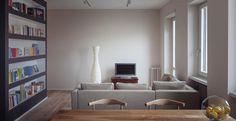 Milano: vivere sui navigli. Uno scorcio dello spazio principale della residenza. La luce che filtra dalle quattro aperture laterali della zona living assume un tono morbido grazie alle tonalità neutre ma calde delle pareti.