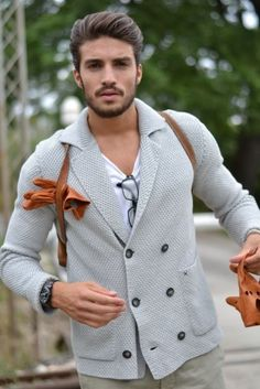 If you're after an off-duty but also on-trend look, team a grey double breasted cardigan with grey chinos. Fashion Moda, Look Fashion, Mens Fashion, Fashion Photo, Mode Masculine, New Beard Style, Mdv Style, Men's Style, Hair Style