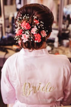 Bridal buns are the go-to hairdo for brides on their wedding day! Most brides that opt for a double dupatta, opt for a bun. Along with that, many brides are opting for bridal hair buns for sangeet nig. Indian Wedding Planning, Wedding Planning Websites, Indian Bridal Hairstyles, Wedding Hairstyles, Hairstyle Wedding, Bun Hairstyle, Unique Hairstyles, Antalya, Sabyasachi Lehenga Bridal