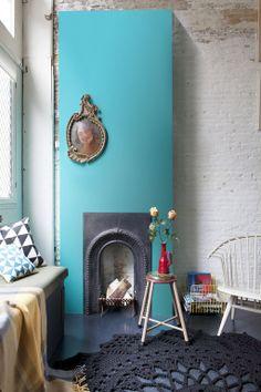 Weg met de geur van oubolligheid: geef de schouw of muur een colour boost met een felle pastelkleur en je vintage meubels kunnen weer jaren mee.