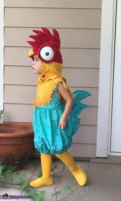 Disney Costumes Hei Hei Rooster Costume - 2017 Halloween Costume Contest via - Darcy: Our little girl is wearing a roosricostume inspired by Hei Hei the Rooster from Disney's Moana. I made the costume by sewing a romper from a blue sheet. The head. Moana Halloween Costume, 2017 Halloween Costumes, Pig Costumes, Halloween Costume Contest, Toddler Costumes, Cute Costumes, Family Costumes, Halloween Kids, Moana Costumes