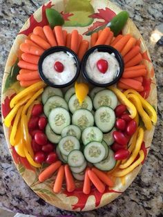 Owl Veggie Tray - (This leads to a recipe kids. I'm saving it as a food presentation picture. Veggie Platters, Veggie Tray, Veggie Owl, Vegetable Trays, Vegetable Ideas, Party Trays, Snacks Für Party, Owl Snacks, Owl Party Food