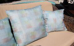 Coussin en soie en camaieu de bleu 40x40cm. Création MN Design. A poser sur un lit, un canapé. Ces coussins apporteront une touche vraiment singulière à votre déco ! Coussin déhoussable, non lavable en machine. Garnissage polyester compris.