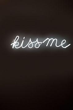 Kiss me.bésame.