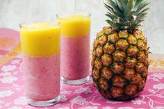 Heute hab ich einen farbenfrohen Smoothie mit Erdbeeren, Mango, Banane und Kokosmilch, der super erfrischend schmeckt und voller Vitamine steckt.
