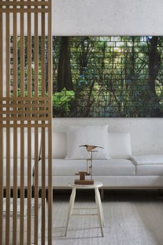 """Enquanto a vida nas grandes cidades atravessa tempos difíceis, o trio da Yagamata Arquitetura encapsula conceitos como paz, calmaria, e design neste ambiente atemporal e com forte influência nipônica. A unidade batizada de """"Shoji 04"""" se desenvolve em 84 metros quadrados que remetem aos pequenos e aconchegantes espaços do Japão, mas sem folclores étnicos: …"""