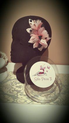 Tocado semitiara de flores de plumas rosa palo y hojas de terciopelo con cuentas de cristal facetado negro y rosa