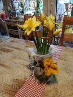Es wird wieder Frühling und ich brauchte eine passende Frühlingsdeko für meinen Esstisch. Und da ich das Filzen für mich entdeckt habe, habe ich eine Frühlingsvase gefilzt. Einfach ein passendes Stück gefilzt und um ein leeres Marmeladenglas/Gurkenglas, etc. herummwickeln mit gefilzter Kordel zubinden und gefilzte Blumen annähen. Fertig!