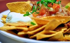 An order of nachos can easily reach 2000 calories and 100 g fat! A few simple tweaks at home can… Nachos, Chilis, Guacamole, Vegetarian Recipes, Healthy Recipes, Vegan Meals, Queso Mozzarella, Cooking Chicken To Shred, 2000 Calories