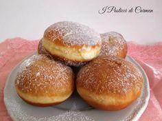 I bomboloni alla crema sono un dolce lievitato fritto al quale si può aggiungere crema, marmellata, nutella, o gustarli semplicemente con zucchero a velo!