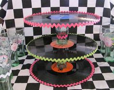 record cake stand for Fifties party 50s Theme Parties, Party Themes, Party Ideas, 1950s Party Decorations, Sock Hop Decorations, 80s Theme, 60th Birthday Party, Mom Birthday, Decoracion Hello Kitty