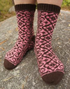 Keisarin morsian - The Emperor's Bride Socks is a toe up stranded pattern with a reverse riverbed gusset and a round heel turn. The length of the foot and& leg is easily adjustable; the width can be adjusted by changing the gauge. Knitting Videos, Knitting Charts, Loom Knitting, Knitting Socks, Fair Isle Knitting, Knitting Projects, Hand Knitting, Knitting Patterns, Knitting Needles