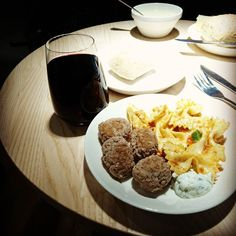 #breakfast #redwine #meatballs #sas #lounge