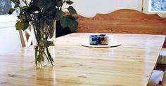 Vanha, kulunut pöytä uudistuu, kun hiot pinnan ja viimeistelet työn lakalla. Katso Meidän Mökin ohje ja kunnosta vanha pöytä.