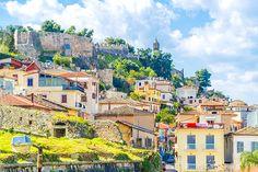 Lors d'un voyage en Grèce, découvrez la beauté sauvage du Péloponnèse et la vie rurale grecque. Des côtes turquoise aux sommets enneigés, admirez le Péloponnèse grâce à ces dix aventures incontournables.