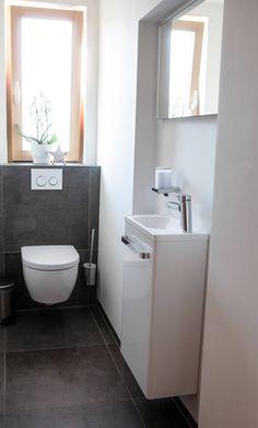 Restore guest toilet: 6 tips for a barrier-free WC - Fliesen Gäste-WC - Toilet Sink, Black Floor Tiles, Small Toilet Room, Guest Bathroom, Guest Toilet, Bathroom Interior, Guest Bathroom Renovation, Toilet Design, Mens Bathroom Decor
