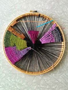 DIY Weaving on an embroidery hoop. Create a circular weaving. Use wools/ strips of materials/ ribbons etc to create a weaving. Tapestry Weaving, Loom Weaving, Hand Weaving, Cleopatras Fan Quilt, Circular Weaving, Yarn Flowers, Yarn Ball, Weaving Projects, Loom Knitting