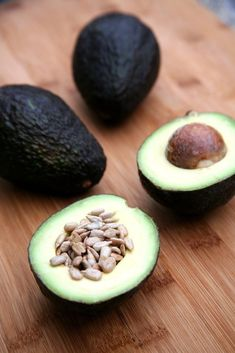 Craving a salty snack? Skip the oily chips and fill half an avocado with salted sunflower seeds. This healthy snack recipe clocks in at just over 200 calories. Healthy Low Carb Snacks, Low Carb Diet, Healthy Fats, Healthy Eating, Healthy Recipes, Healthy Fiber, Paleo Food, Healthy Soup, Soup Recipes