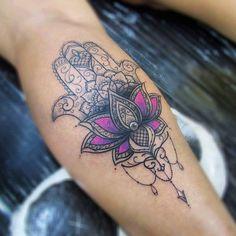 Hamsá de ontem! Obrigada por confiar  *Agenda fechada no momento. ✪Tattoo feita com pigmentos Electric Ink e Everlast Colors. Máquinas Electra e Nano Dietzel. Agulhas black cat. #hamsa #tattoo #lotus #flordelotus #dotework #electricink #fineline #taizane #tatuagemfeminina