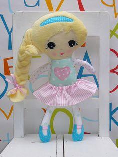 Látková+panenka+Nádherná+látková+panenka+s+ručně+vyšitým+roztomilým+obličejíkem+okouzlí+holčičky+všech+věkových+kategorií!+Je+šitá+z+bavlněných+látek,+vlásky+jsou+z+heboučkého+soft+coral+fleesu+a+výplň+z+PES+kuličkového+rouna.+Na+prsou+má+srdíčko,+do+kterého+je+možné+vyšít+jméno+holčičky+(+lze+jen+na+novou+panenku+na+objednávku).+Sukýnka+a+botičky+...