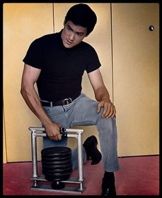 Bruce Lee Abs, Rare Photos, My Photos, Bruce Lee Family, Bruce Lee Martial Arts, Bruce Lee Photos, Kung Fu, My Hero, Dragon
