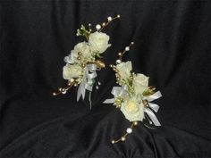 Elegant in White and Gold Corsages Gold Corsage, Corsage Wedding, Unique Flower Arrangements, Unique Flowers, Homecoming Flowers, Prom, Las Vegas Weddings, Wedding Crafts, Corsages