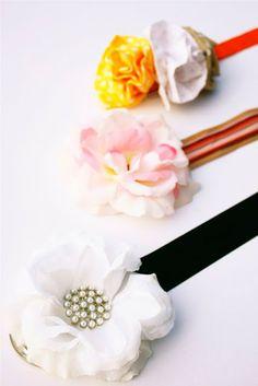 Cinturones hechos con cintas o elásticos y flores de tela. Hermosos!