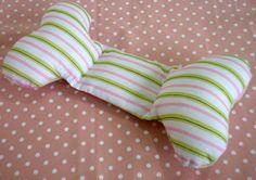 """Charminho para babys! <br>Travesseiro para bebê, ajuda a não virar, feito com tecido 100% algodão e enchimento antialérgico. Tudo com cheirinho de bebê! <br>Fazemos em outras cores. <br>Dúvidas sobre estampas, detalhes de produtos ou mesmo sobre a compra entrem em contato através do """"CONTATAR VENDEDOR"""". <br>*Os produtos só serão enviados após a aprovação do pagamento e seu tempo de confecção pode variar, dependendo da quantidade de produtos pedidos."""