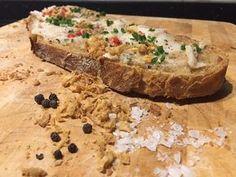 Wer liebt nicht den Duft von frisch gebackenem Brot. Das noch leicht warme, knusprige Brot mit einen leckerem Schmalz oder gesalzener Butter bestreichen, mehr braucht es nicht. Die Zubereitung im Dutch Oven ist dabei denkbar einfach. Sie kann im Grill (indirekt), mit Kohlebriketts oder natürlich auch im normalen