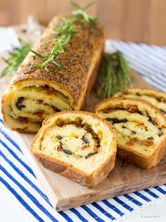 Pikantes Oliven-Tomaten-Brot #ichbacksmir #unterwegs