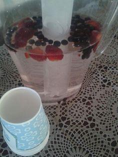 Kesäpäivän janojuoma. Vettä jäisien mansikoiden ja mustikoiden kera..