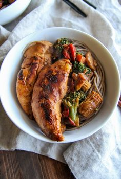 Chicken stir fry soba noodle bowls for healthy meal planning from @sweetphi