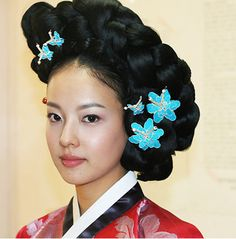 sundew (flattering with tropical floral accessories) Korean Traditional, Traditional Outfits, Hanbok Wedding, Korean Men Hairstyle, Hairstyles For Gowns, Modern Hanbok, Traditional Hairstyle, Korean Wedding, Beauty Around The World