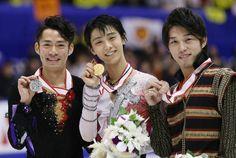 写真は、メダルを手に笑顔を見せる、優勝した羽生(中央)と2位の高橋大輔(左)、3位の無良崇人 【時事通信社】