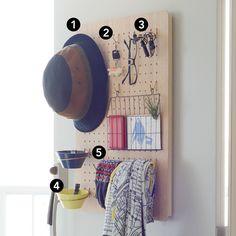 引っ掛けるだけの簡単DIY!「有孔ボード」で見せる収納。キッチン、寝室、玄関などで、ここの壁に壁面収納があったら、もっと便利になるのにな…。日々の暮らしの中で、そう感じることはありませんか?本日から発