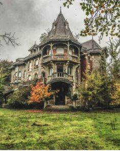 Love the architecture of this old abandoned mansion Old Abandoned Houses, Abandoned Buildings, Abandoned Places, Old Houses, Abandoned Castles, Beautiful Architecture, Beautiful Buildings, Beautiful Homes, Beautiful Places