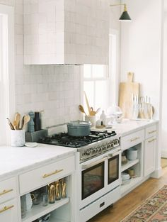 Modern Kitchen Interior Remodeling BECKI OWENS- Dream Home: An All American Modern Farmhouse - This all American modern white farmhouse is simple, functional, and beautiful with warm woods, brass lighting, and a clean white kitchen. Küchen Design, Deco Design, Home Design, Design Ideas, Neutral Kitchen, Kitchen Colors, Modern Farmhouse Kitchens, Cool Kitchens, Colorful Kitchens
