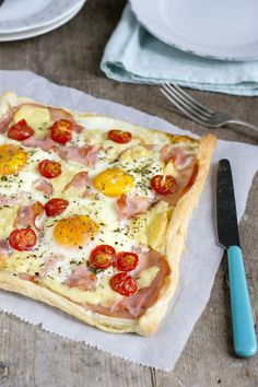 Breakfast pizza with egg - Brenda Cooks! Breakfast Pizza, Breakfast Dishes, Breakfast Recipes, Breakfast Ideas, Gourmet Recipes, Snack Recipes, Cooking Recipes, Good Food, Yummy Food