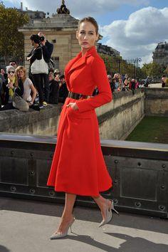 Allo show di Christian Dior LeeLee Sobieski, indossava un cappotto rosso, con cintura nera in vita e scarpe grigio chiaro a punta.