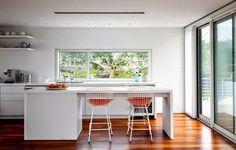 La iluminación natural en la cocina y la amplitud del espacio permiten compartir más el espacio de la cocina, no solo para cocinar.