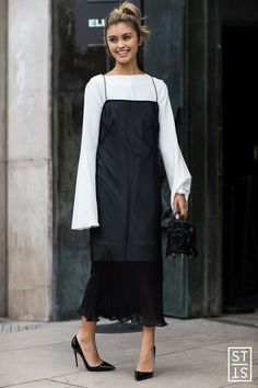 Get the latest men's and women's fashion tips and style advice. Updated daily featuring fashion trends, grooming, hairstyles, watches and street style. Modest Outfits, Modest Fashion, Chic Outfits, Fashion Outfits, Top Street Style, Street Styles, Scandinavian Fashion, All Black Outfit, Fashion Tips For Women