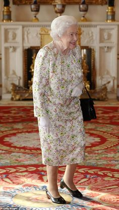 Queen offers butler job at Buckingham Palace for an hour - below the London living wage Floral Frocks, British Royal Families, British Monarchy, Royal Monarchy, Her Majesty The Queen, White Floral Dress, Royal Ascot, Queen Elizabeth Ii, Queen Liz