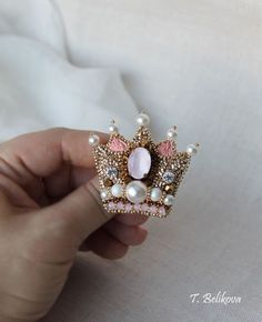 Купить Брошь Корона B2017-1. - комбинированный, розовый, золотой, золотистый, брошь, брошь корона