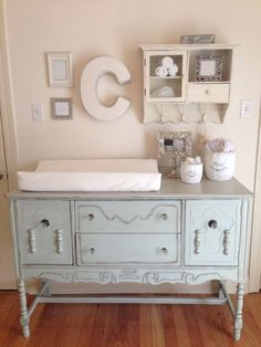 à langer en 19 exemples superbes Shabby Chic Nursery - buffet converted to changing table. Katie ThompsonShabby Chic Nursery - buffet converted to changing table. Cocina Shabby Chic, Shabby Chic Kitchen, Chic Nursery, Nursery Neutral, Nursery Ideas, Vintage Nursery Girl, Neutral Nurseries, Girl Nursery, Babies Nursery