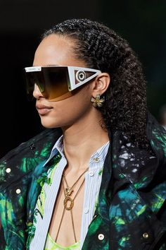 Versace Spring 2020 Ready-to-Wear Fashion Show - Vogue Big Fashion, Fashion 2020, Daily Fashion, Fashion Show, Fashion Trends, Milan Fashion, Vogue Paris, Sunnies, Funky Glasses