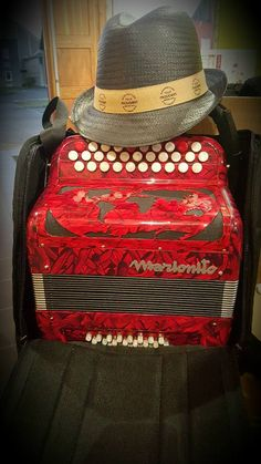 Marionito in its presentation... Looks like an artist!! #accordion #french #red #music #fun #artist #firstday #accordéon #français #rouge #musique #artiste #premierjour #acordeon #frances #rojo #musica #artista #primerdia