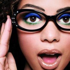 ля одних женщин очки — это повседневная реальность. У других – это возможность  дать отдых глазам, когда те устают от контактных линз. Для меня вопрос «макияж под очки» очень актуальный, я большую часть времени ношу их и здесь нужна особая техника нанесения декоративной косметики. Как бы то ни было – не позволяйте красоте исчезнуть за очками.  Read more: http://about-vision.ru/kak-pravilno-sdelat-makiyazh-pod-ochki/#ixzz3guU1xClY