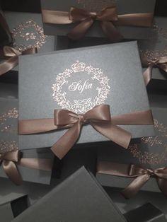 caixa cinza rose gold – Setegra Convites Beach Wedding Favors, Bridal Shower Favors, Wedding Souvenir, Wedding Card Design, Wedding Cards, Royal Wedding Invitation, Quince Invitations, Sweet Fifteen, Wedding Mandap