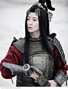a woman warrior. awesome !!! hair style, jewelry 's sync with blade. do you feel flexible but so streght, don't you ? by the other way i love this cool tone in this image. steel armor with round neck , and simple hình học carved