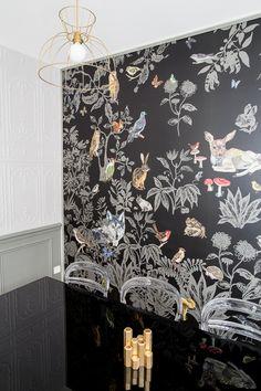 Salon de thé Supercalifragilis décoré par Nuance d'intérieur. Papier peint Nathalie Lété.  Carcasse d'abat jour Atelier Allibert